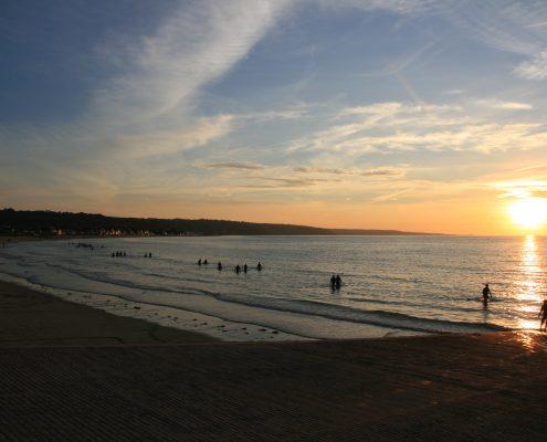 Longe côte au coucher du soleil