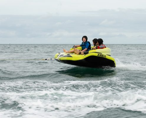 3 jeunes sur la bouée canapaé PNH