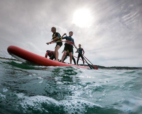 5 jeunes sur MegaSUP au pôle nautique hague