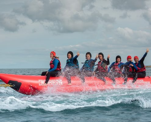 7 personnes s'amusant sur la bouée banane au pôle nautique hague