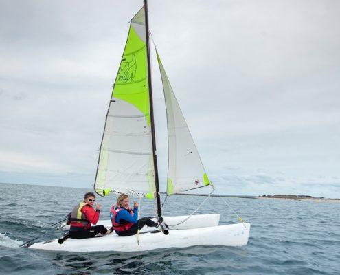 deux adultes sur un catamaran du pole nautique hague